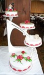 Torte mit Marzipanrosen und Kutsche aus Eiweißspritzglasur